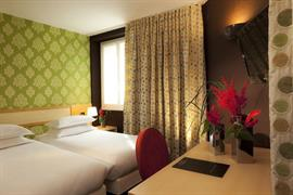 93307_002_Guestroom