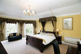 claydon-country-house-hotel-bedrooms-02-83676