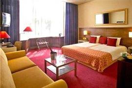 92702_006_Guestroom
