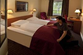 73111_002_Guestroom
