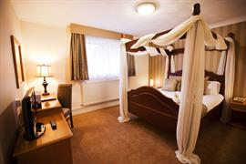 manor-hotel-bedrooms-13-83642
