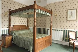 oaklands-hall-bedrooms-02-83943