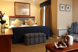 manor-hotel-meriden-bedrooms-03-83947