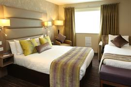 pontypool-metro-hotel-bedrooms-04-83543