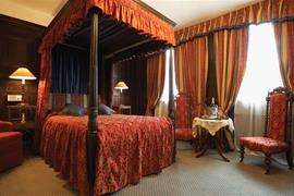 rose-and-crown-hotel-bedrooms-01-83792