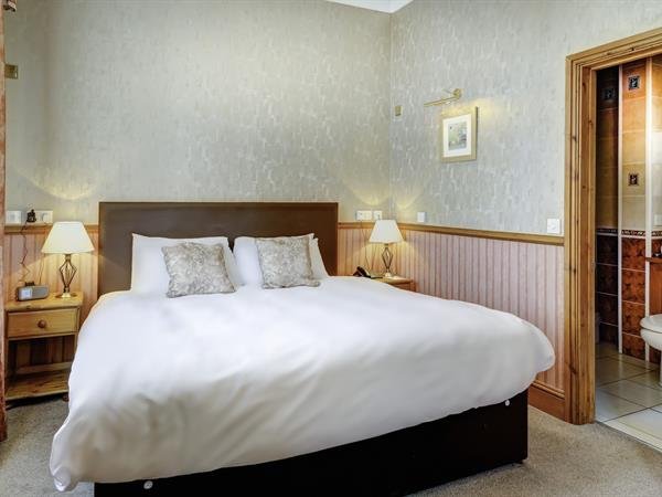 royal-chase-hotel-bedrooms-17-83064
