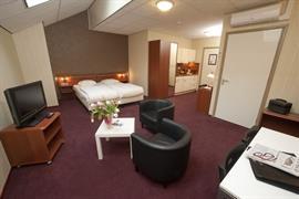 92694_002_Guestroom