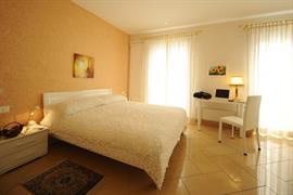 94213_005_Guestroom