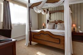 manor-hotel-bedrooms-28-83642