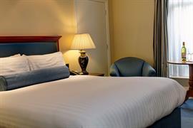 manor-hotel-meriden-bedrooms-08-83947