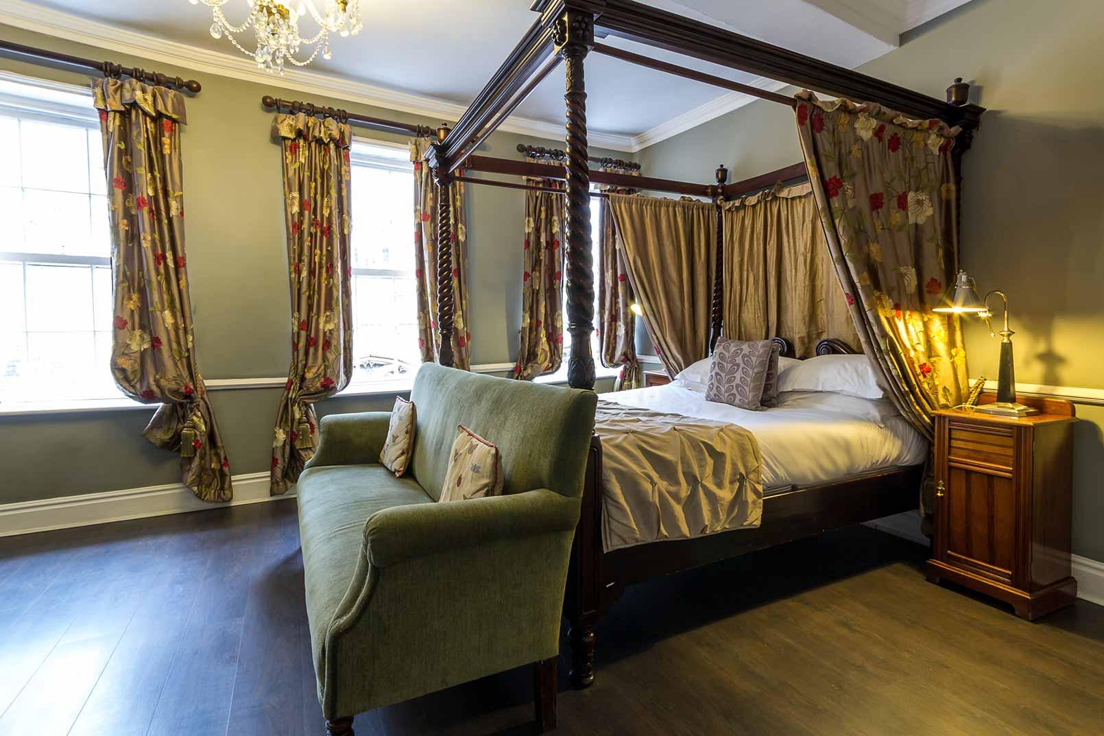 ... Guy Fawkes Inn Bedrooms 16 56101 ...