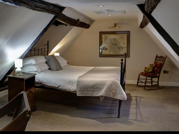 guy-fawkes-inn-bedrooms-04-56101